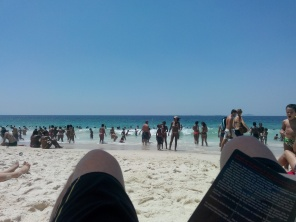 Lese bok på stranda