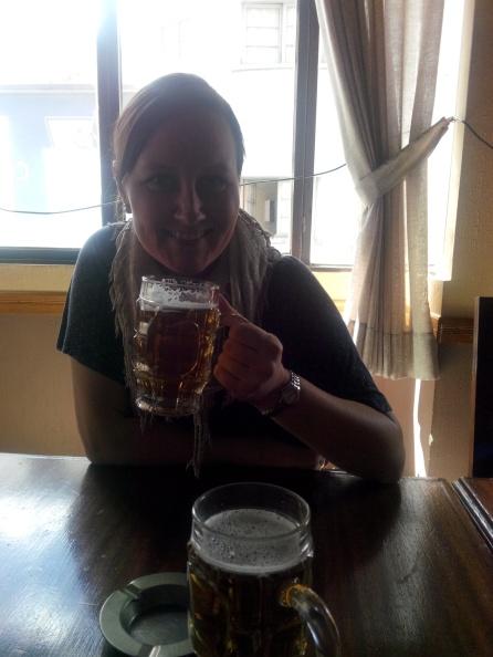 Målfrid skåler på engelsk pub