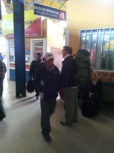 Venter på bussen til Puno