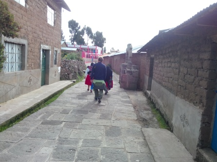 På vei til torget på Amantani