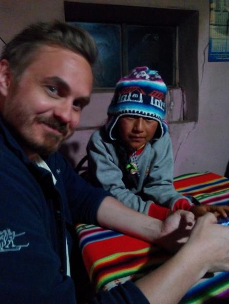Thomas og Desli ser på mobilen