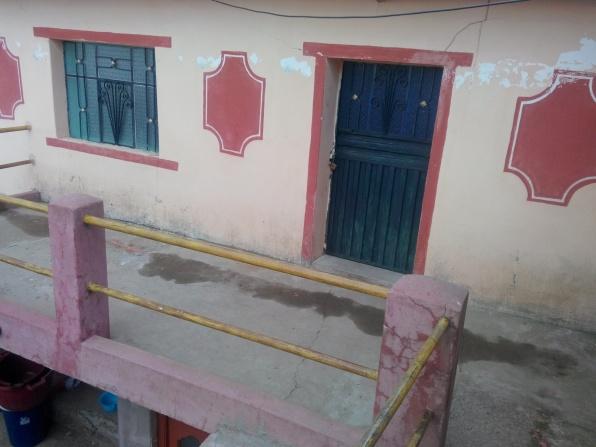 Døra til rommet vårt på Amantani