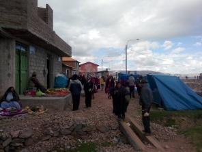 Folk langs havnen på Amantani