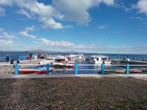 Turistbåter klar for avreise fra Amantani