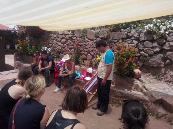 Guiden viser vev fra Taquile