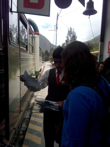 Målfrid på vei inn på toget