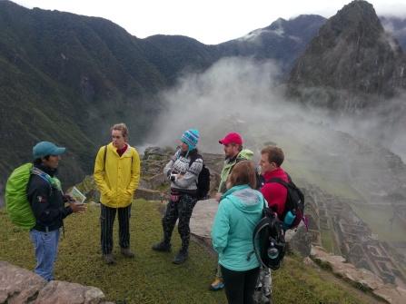 Guiden forteller om Machu Picchu