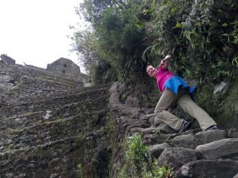 Målfrid på vei ned fra Wayna Picchu