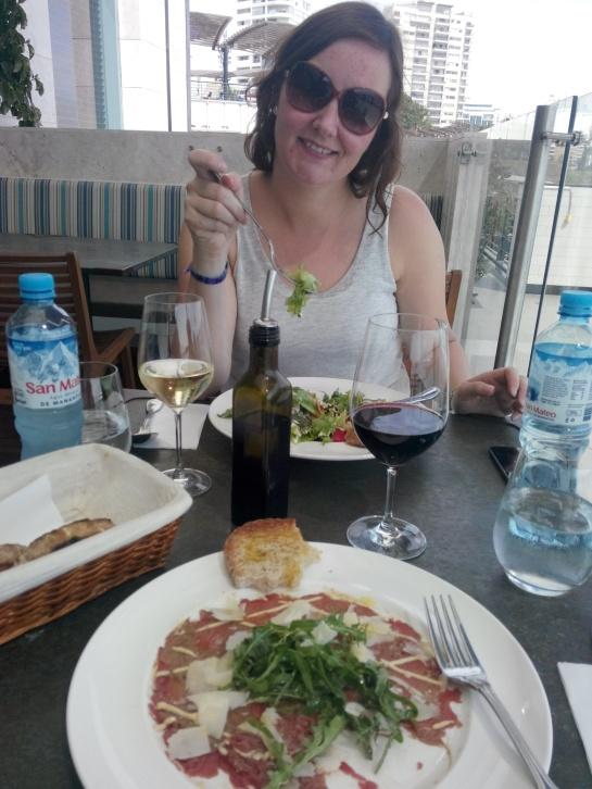 Målfrid spiser lunsj på Larcomar