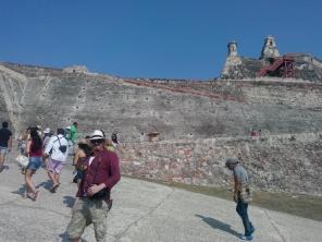 Thomas på vei opp mot fortet