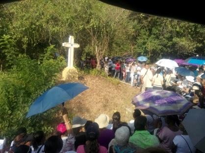 Folkegruppe ber ved det 5. av 14 KORS opp mot klosteret