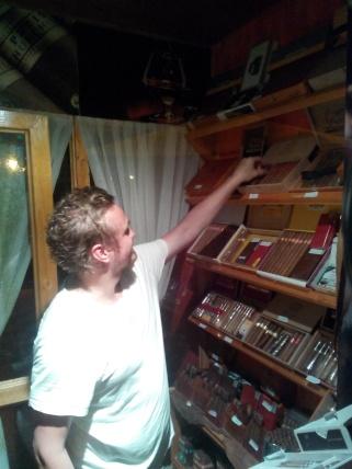 Thomas velger seg ut en sigar