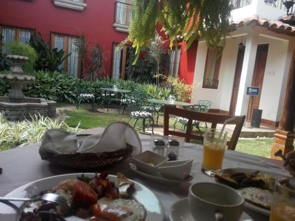 Frokost i hagen på hotellet