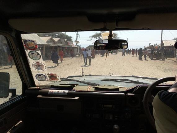 Kjører gjennom landsby